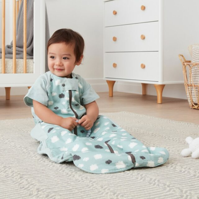 ergoPouch Sleep Suit Clouds Cool, Sitting Child